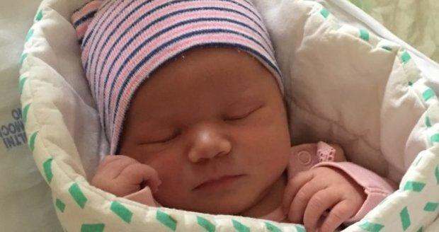 Malá Thea netuší, že přišla na svět při překotném porodu. Rodiče vše skvěle zvládli, pochválili záchranáři.