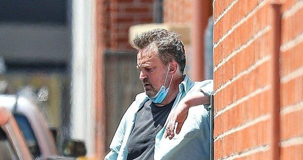 Matthew Perry opět nevypadá dobře, během cesty se málem zhroutil a musel se nadechnout.