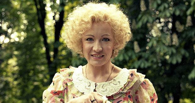 Dlouhé světlé vlasy měla Hana Maciuchová např. v pohádce Čarovné prstýnky (1978)