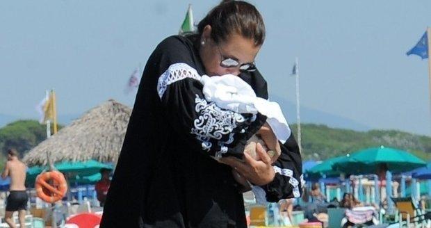 Alena Šeredová chrání svou princezničku před žhavým sluncem