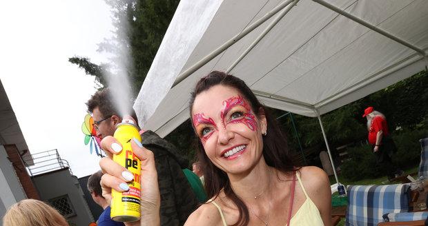 Alice Jandová pomáhala hostům od otravných komárů.