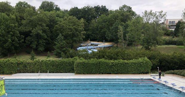 Koupaliště Petynka se po rekonstrukci znovu otevřelo. Kromě nové bazénové vany jsou opravené sprchy i šatny