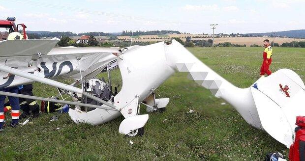 U Mladé Boleslavi spadlo letadlo na zahradu a zranilo majitele: Pilot zemřel
