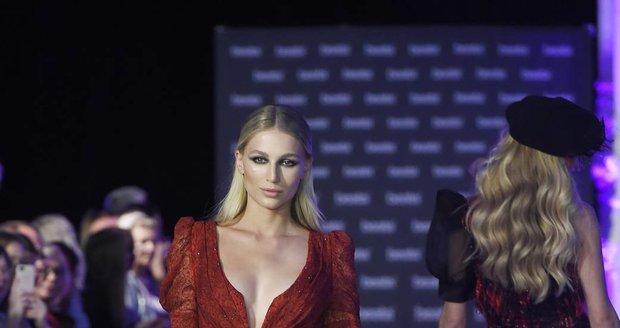 Karolína Mališová se blýskla ještě v rudém modelu s výstřihem.