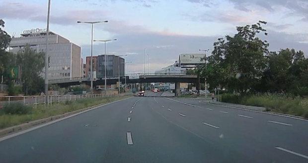 Řidič vjel s autem do protisměru na Argentinské v Praze 7, 20. července 2020.