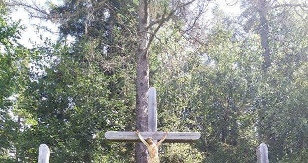 Podle pověsti leží pod hlavním křížem ostatky nevěsty, vedle ní její ženich a zhrzený milenec. Kosterní pozůstatky nalezené v 60.letech u křížů byly podle odborníků už odstraněny.