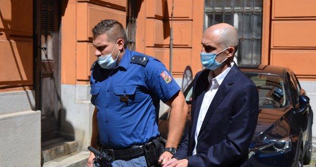 Eskorta přivedla bývalého místostarostu Brna-střed Jiřího Švachulu k brněnskému soudu k vazebnímu zasedání. Je obviněn z korupce.