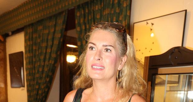 Olga Menzelová v slušivém zeleném overalu
