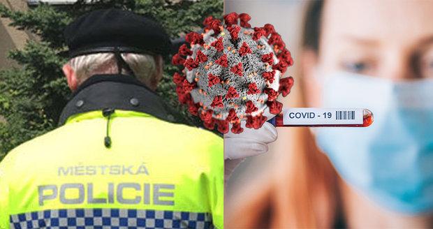 Strážník pražské policie si postěžoval na přístup lékařů a hygieniků, kteří podcenili šíření koronaviru v jeho rodině. Epidemologové však mají k jeho stížnostem výhrady. (ilustrační foto)