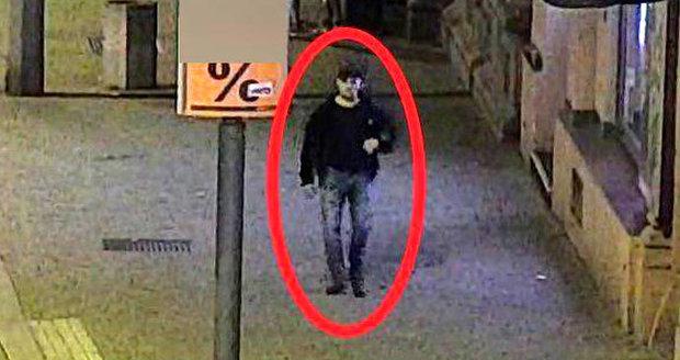 Policisté hledají muže na fotografii, měl v Plzni znásilnit ženu.