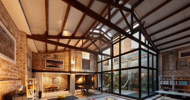 Architekti nechali v interiéru přiznané cihlové zdi