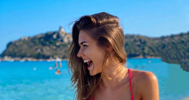 Karolína Kokešová na Sardinii předvedla nová prsa