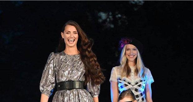 Diana Kobzanová a dcery na módní show