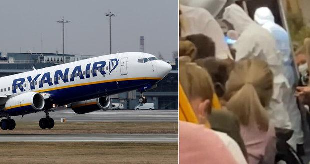 """Drama při odletu do Itálie: Muž v letadle zatajil nákazu, policie ho """"zpacifikovala"""""""
