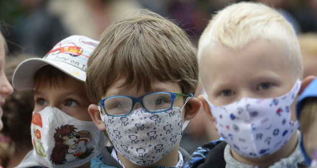 Koronavirus ONLINE: Školáci v Praze nasadí roušky, povinné budou i v obchodech, bary na noc zavřou