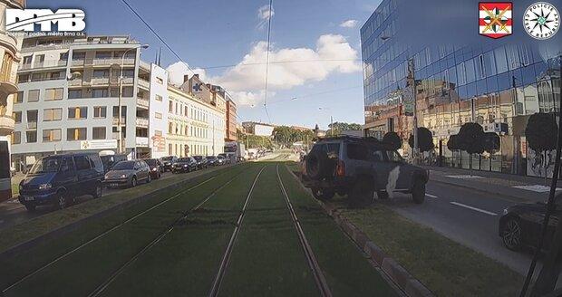 Řidiči terénního auta se nechtělo čekat v koloně, zničil proto den starý trávník mezi tramvajovými kolejemi.