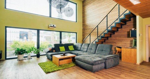 V přízemí domu se nachází otevřený a světlý obývací pokoj