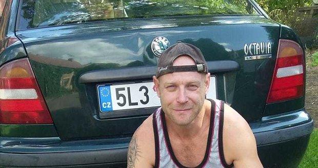 Marek Zeman houbami naplnil kufr auta.