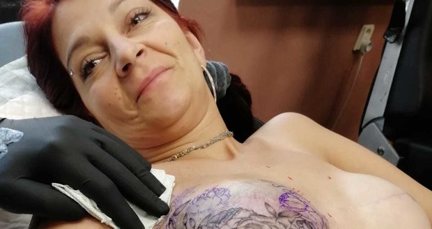 Paní Renátka překonala rakovinu prsu. Po operacích jí zůstala ňadra bez dvorců a bradavek. Originální tetování jí ale opět vrátilo sebevědomí.