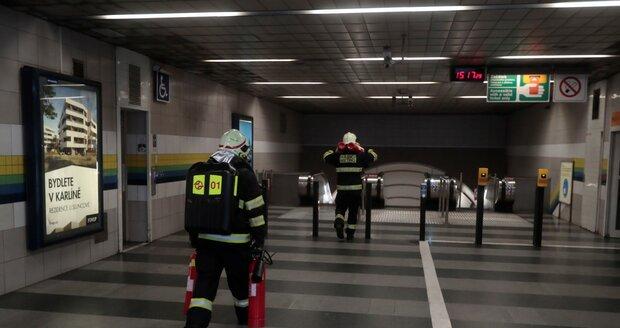 Pražští hasiči vyjížděli do zastávky metra Hloubětín, kde došlo k technické závadě vozu metra.