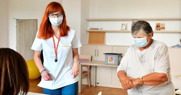 Koronavirus ONLINE: Přes 1100 hospitalizovaných, červené okresy u Prahy a volby v rouškách
