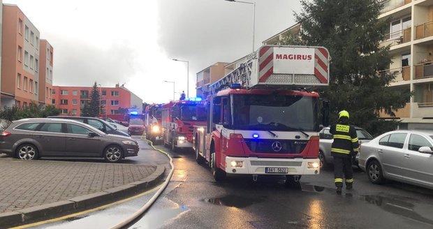 Hasiče zaměstnal požár bytu na východě Prahy. 30 obyvatel evakuovaných, jeden zraněný