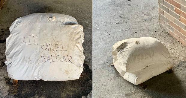 """Na Žižkově se vyskytl atypický pomník známého bezdomovce (†45). """"Zakopla"""" o něj chodkyně"""