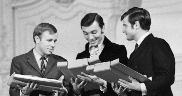 1968 - Karel Gott a Jiří Štaidl (vpravo)za píseň Proč ptáci zpívají převzali ocenění Zlatý klíč.