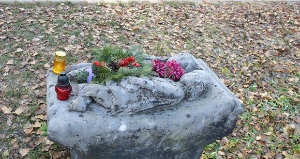 Na náhrobku jsou vytesány dvě malé postavičky sester, které při tragické nehodě přišly o nohy, na což následně zemřely.