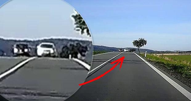 Řidič nebezpečně předjížděl u Litultovic na Opavsku pod horizontem a přes plnou čáru.