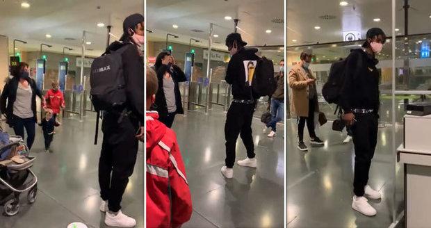 Po zoufalé mámě chtěli na letišti směšný poplatek: Laskavý mladík předvedl dojemné gesto