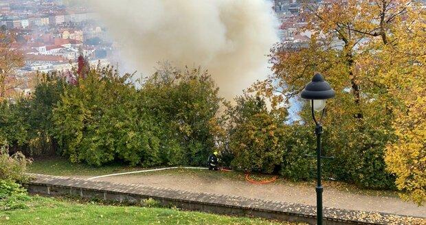 V zahradě Kinských na Smíchově hoří dřevěný kostel sv. Michala. (28. 10. 2020)