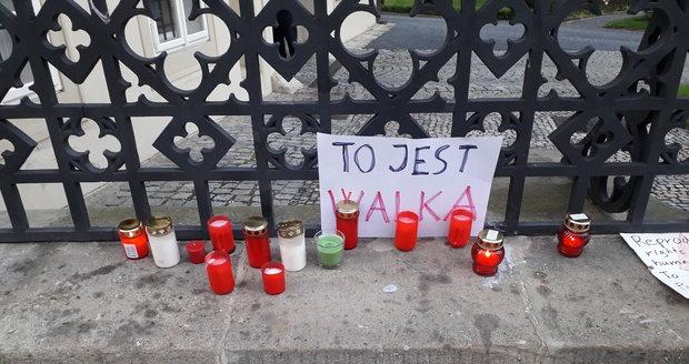 Na zdi polské ambasády se objevují vzkazy namířené proti tamní vládě a rozhodnutí polského ústavního soudu, který rozhodl, že přerušení těhotenství z důvodu poškození plodu odporuje ústavě.