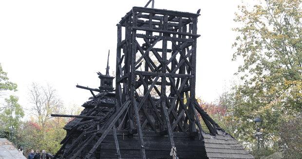 V zahradě Kinských na Smíchově vyhořel dřevěný kostel sv. Michaela (foto ze dne 29. 10. 2020).