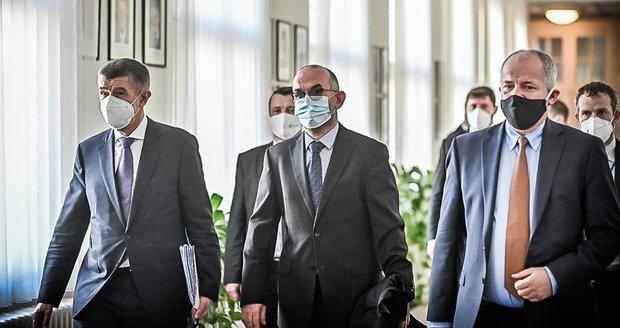 Koronavirus ONLINE: Blatný chce oprášit pandemický plán. A na Karlovarsku dochází lůžka na JIP