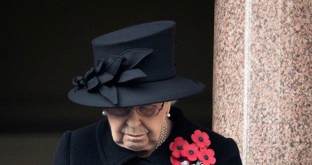"""Královnu Alžbětu II. omylem """"pohřbil"""" francouzský rozhlas. Na snímku královna během upomínkového ceremoniálu"""