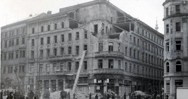 Měšťanský dům na náměstí Svobody po zásahu bomb v roce 1944.