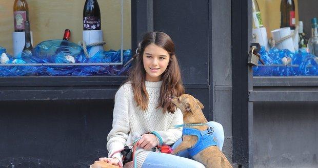 Dcera Toma Cruise krotila psy v ulicích New Yorku. Slavného tátu děvče nezapře.