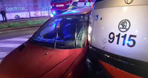 V Modřanech u tramvajové zastávky Čechova čtvrť došlo ke srážce vozidla s trmavají. (20. listopad 2020)