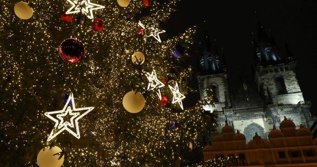 Rozsvícený strom na Staroměstském náměstí, 27. listopadu 2020.