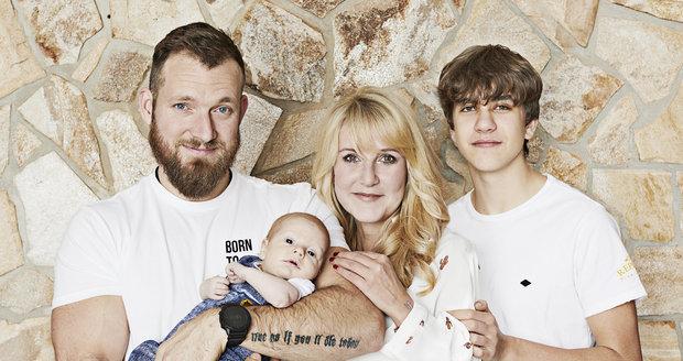 Rodinna fotka Venduly Pizingerové s manželem Josefem a syny