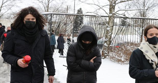 Ewa Farna s manželem a Tamarou Klusovou na pohřbu Davida Stypky.