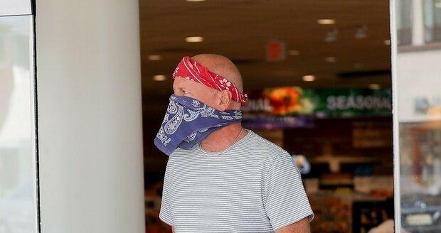 Obvykle přitom místo roušky používal šátek...