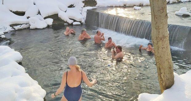 Otužilci ze Smilovic nejprve hupsli do ledové vody a pak se ještě v plavkách proháněli na sáních.