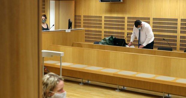 Soud s Jitkou R., která způsobila v Praze nehodu, při níž zemřel policista. Žena se 21. ledna 2021 do soudní síně nedostavila.