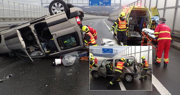 Nehoda si vyžádala pět zraněných.