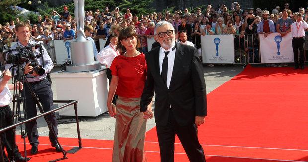Jiří Bartoška s manželkou na zahájení festivalu v Karlových Varech