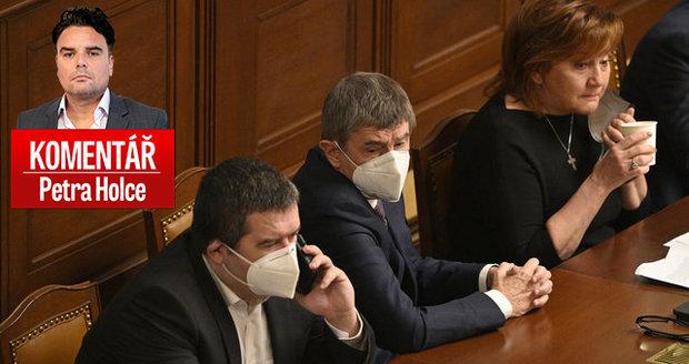Komentář: Masakr ve Sněmovně. Politici si vzali Česko jako rukojmí, nouzový stav končí