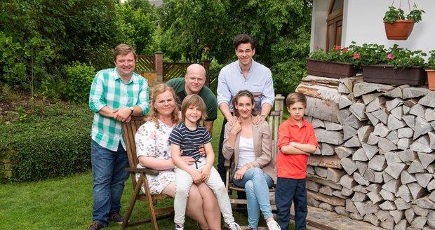 V seriálu Kukačky se postupně sbližují i vzdalují členové dvou rodin, kterým v porodnici vyměnili jejich syny.