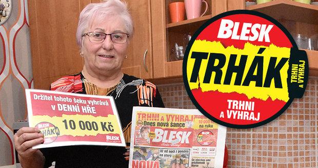 Spokojená výherkyně Hana Harcová s desetitisícovým šekem a výtiskem Blesku, který jí výhru přinesl.